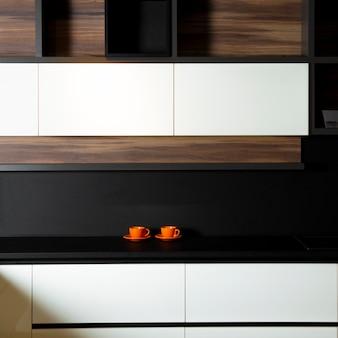 값 비싼 아파트에서 미니멀하고 활기차고 현대적인 주방