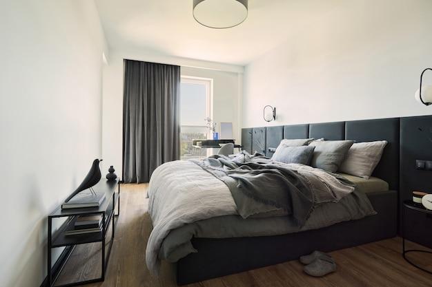 小さなモダンなベッドルームのインテリアのミニマルな男性的な構成パノラマウィンドウテンプレート