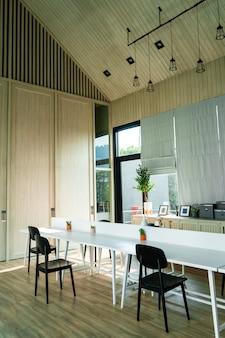 Минималистичный современный интерьер светлой комнаты. стол и стулья у большого окна. самуи, тайланд - 02.08.2020