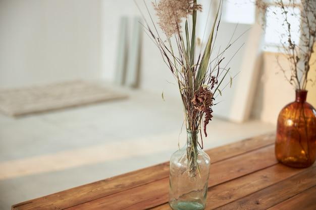 极简主义的现代空间在日落与花瓶和桌子