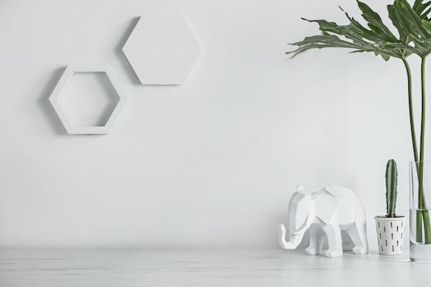 Минималистичный офисный стол с геометрическими фигурами и белой фигурой слона копирует космический шаблон