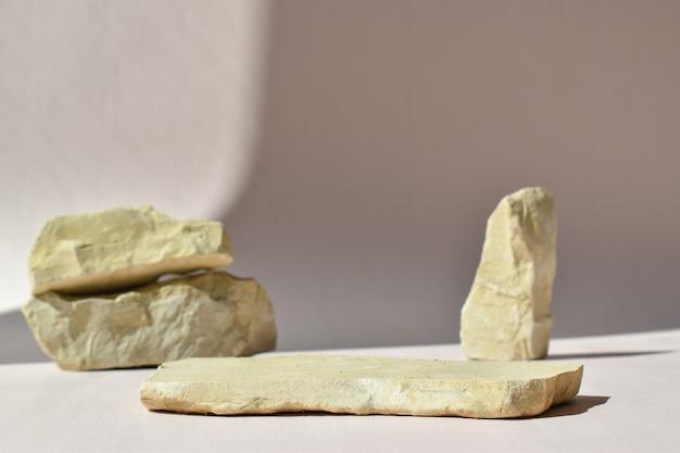 돌의 배경에 누워 있는 돌의 최소한의 장면. 제품 및 화장품 프레젠테이션을 위한 패션쇼. 천연 제품을 위한 무대가 있는 쇼케이스. 에코 브레이딩.