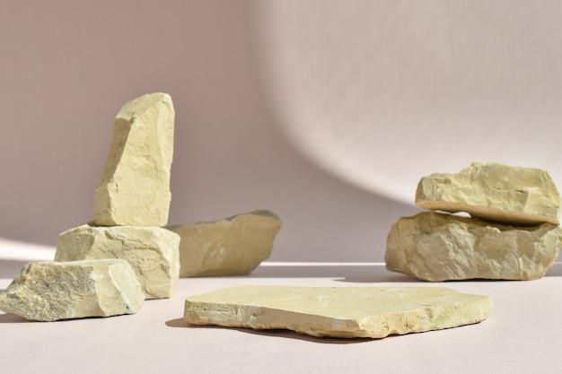 돌의 배경에 누워 있는 돌의 최소한의 장면. 제품 및 화장품 프레젠테이션을 위한 패션쇼. 천연 제품을 위한 무대가 있는 쇼케이스. 에코 위빙. 자연스러운 그림자.