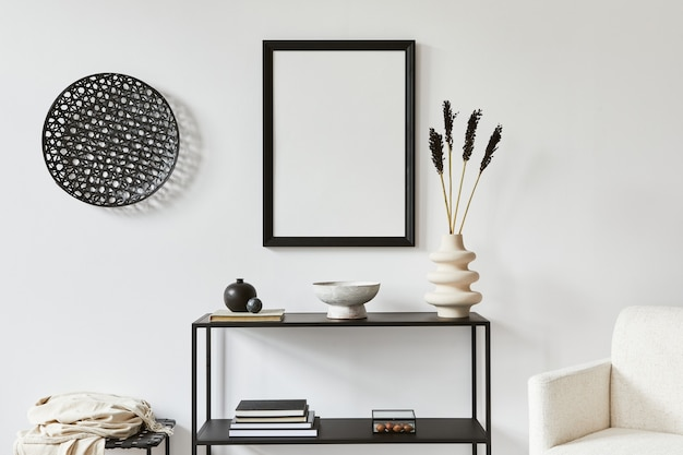 モックアップポスターフレーム、金属製の棚、アームチェア、個人用アクセサリーを備えたクリエイティブな部屋のインテリアデザインのミニマルでスタイリッシュな構成。黒と白のコンセプト。レンプレート。