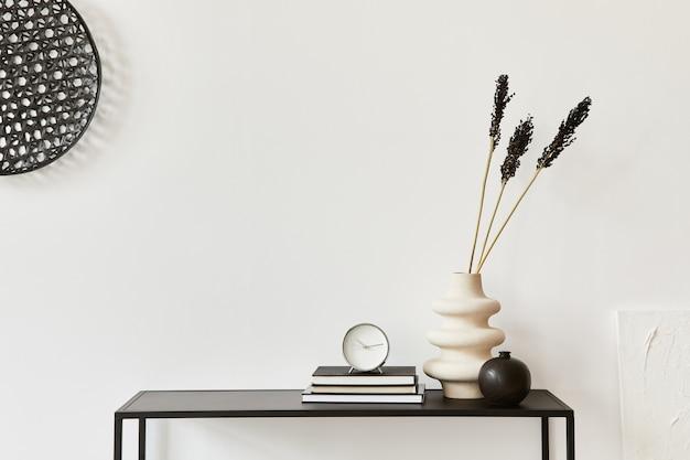 コピースペース、金属製の棚、植物、個人用アクセサリーを備えたクリエイティブルームのミニマルでスタイリッシュなインテリア構成。黒と白のコンセプト。レンプレート。