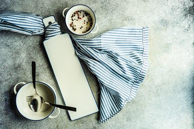 白と青の色のミニマルなテーブルセッティング