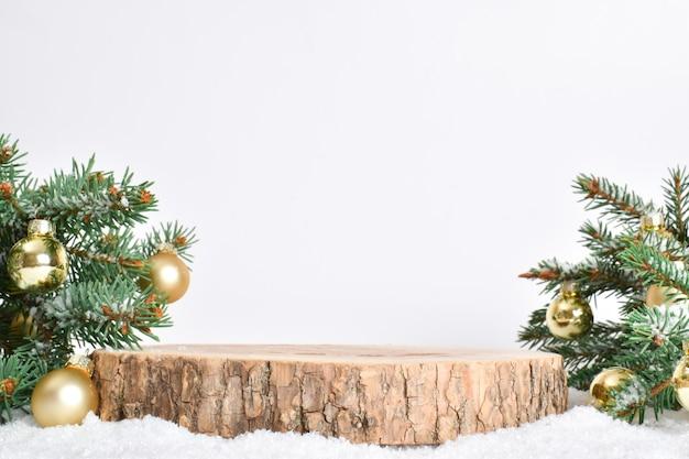 最小。製品のプレゼンテーションのための表彰台とクリスマスの背景。台座は天然木でできています。