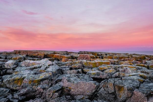 荒い岩肌の採掘崖。粗い詳細採石場の背景。バレンツ海の重いグランジ岩の形成。