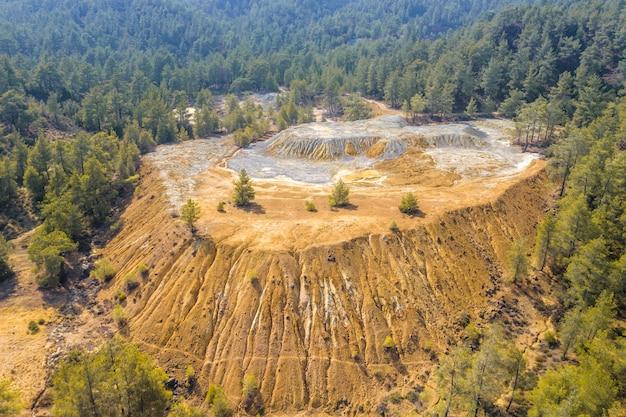 키프로스 파포스(paphos) 숲의 버려진 구리 광산에 광산 재고 더미가 있습니다. 조감도