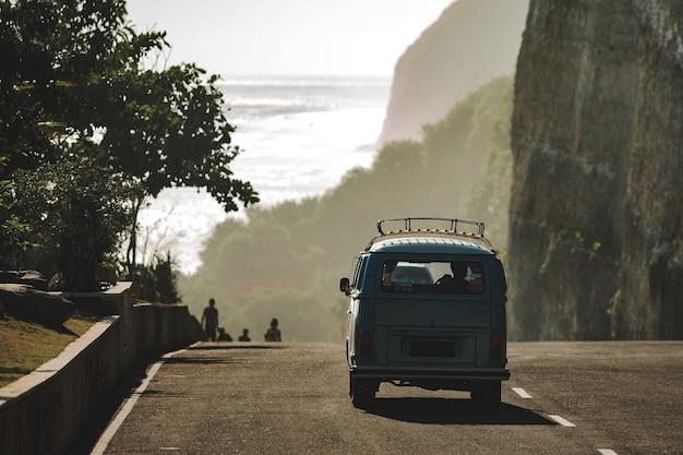 Минивэн едет по дороге на пляж