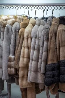 매장의 옷걸이에 밍크 코트. 여성 패션