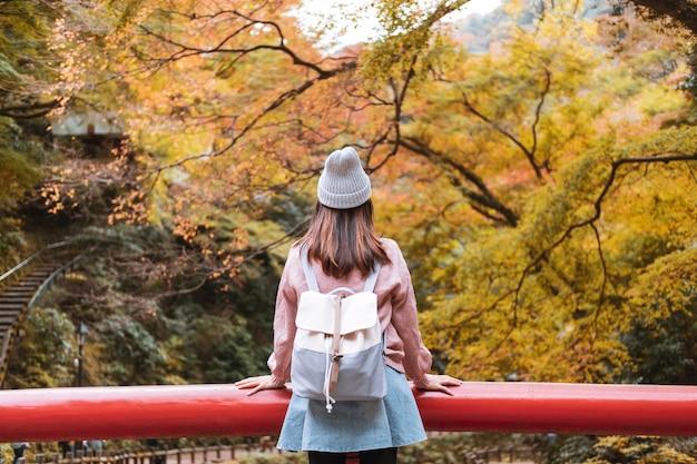 Путешественник молодой женщины смотря красивый ландшафт на парке minoo в японии, концепции образа жизни перемещения