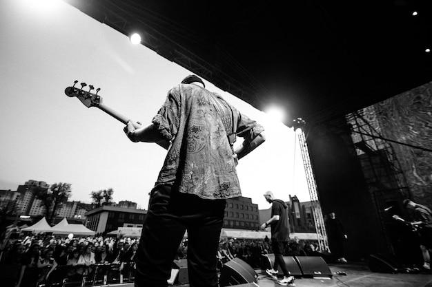 ミンスク-2018年4月29日:人気のロックグループnutekiがステージに登場