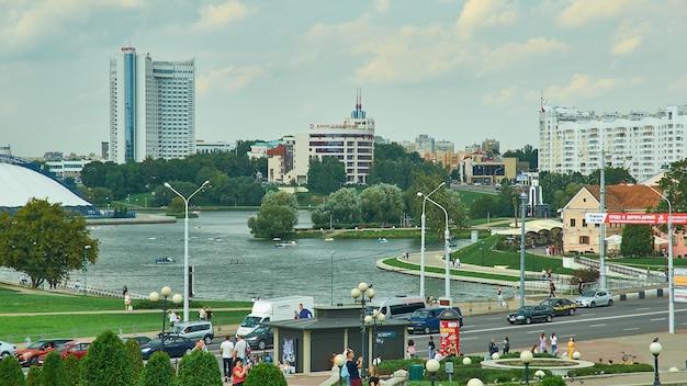 Минск, беларусь. проспект независимости, летний сезон, время заката, 12 августа 2019 г.