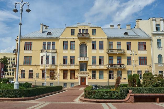 Минск, беларусь. проспект независимости, летний сезон, время заката