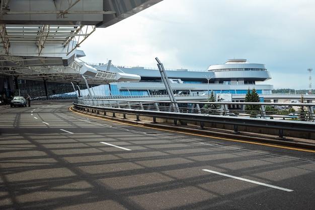 Минск, беларусь - 16 июня 2021 года международный аэропорт минска. главный вход в терминал. международные пассажирские перевозки.