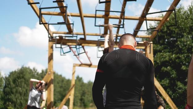 ミンスクブララス。 2019年7月28日晴れた日。自然の中でのスポーツ大会。男性は運動を行います