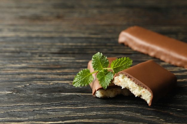 木製の背景にチョコレートのミントとココナッツのバー