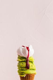 시럽을 곁들인 민트와 바닐라 아이스크림