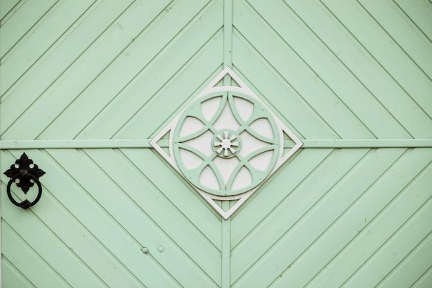 민트 컬러 나무 문 디자인. 외관 디자인. 레트로 스타일.