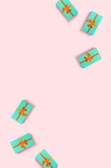 분홍색 배경에 민트 선물 상자입니다.