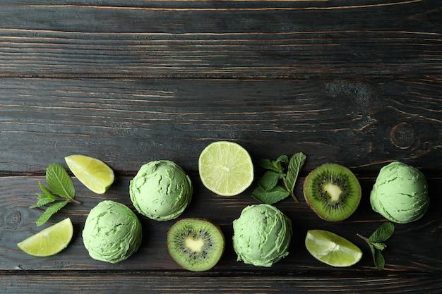 ミントアイスクリームボールと木製の材料