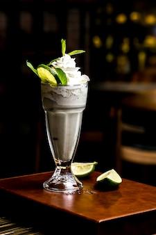 Мятный молочный коктейль лайм вид сбоку