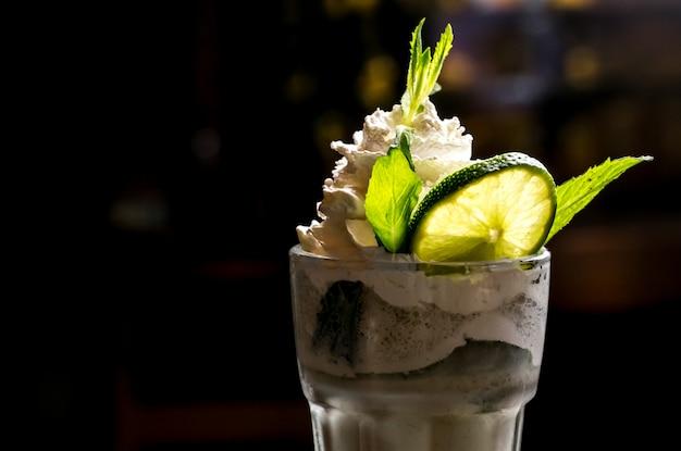 Мятный молочный коктейль мятный лайм вид сбоку