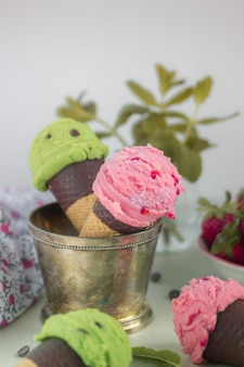 Mint and strawberry ice creams