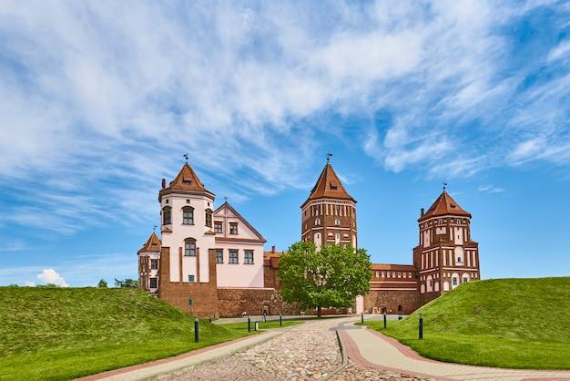 Мирский замковый комплекс в летний день с голубым облачным небом