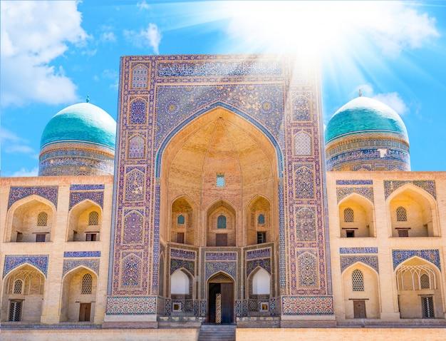 Mir-i arab madrassah。ウズベキスタン、ブハラのミリアラブマドラサのビュー