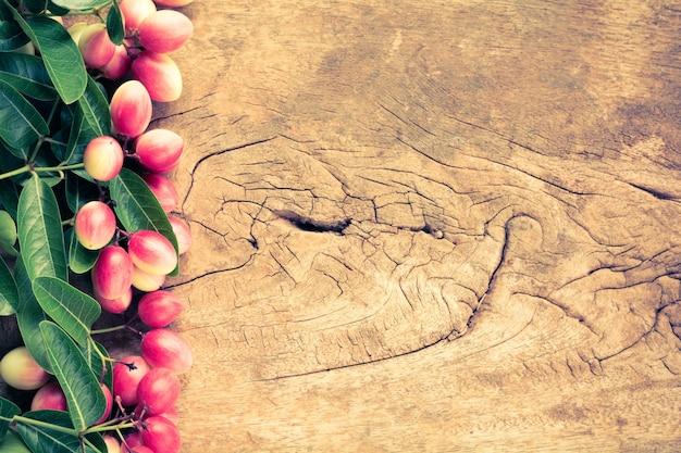 오래 된 나무 테이블에 기적 과일 프리미엄 사진