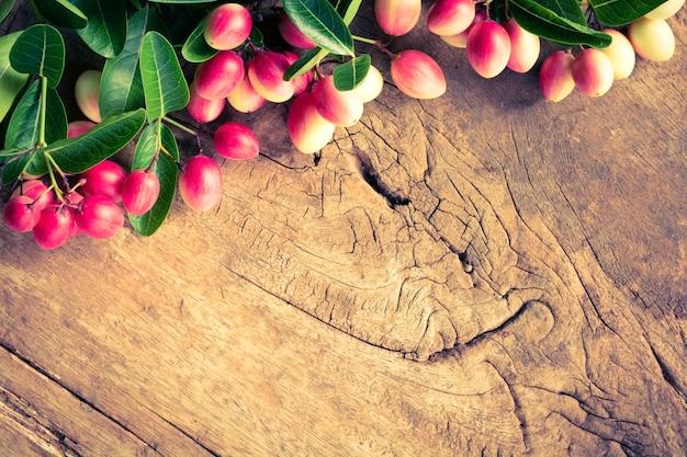 오래 된 나무 테이블에 기적 과일