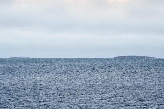 백해의 신기루. 수평선의 물 위에 섬이 떠 있습니다.