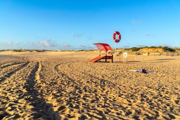 Пляж мирамар иб порту. спасатель на пляже во время заката