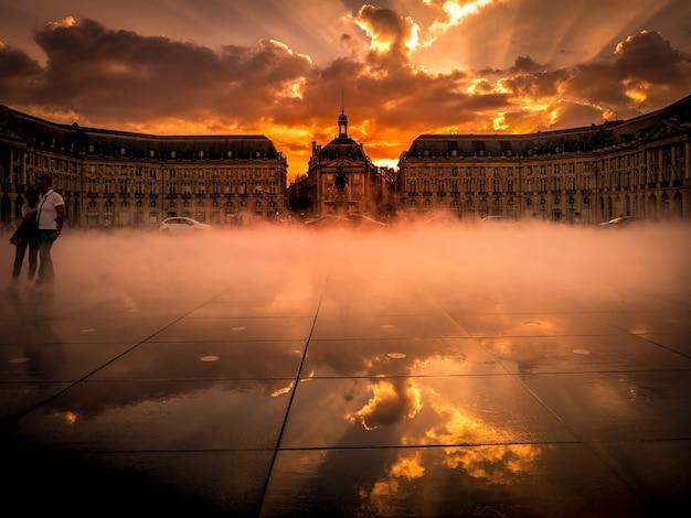 프랑스 보르도의 부르스 광장(place de la bourse)의 miroir d'eau