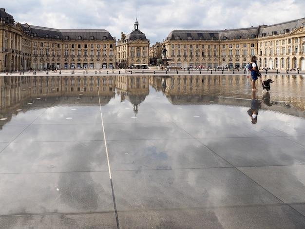 보르도의 부르스 광장(place de la bourse)의 miroir d'eau
