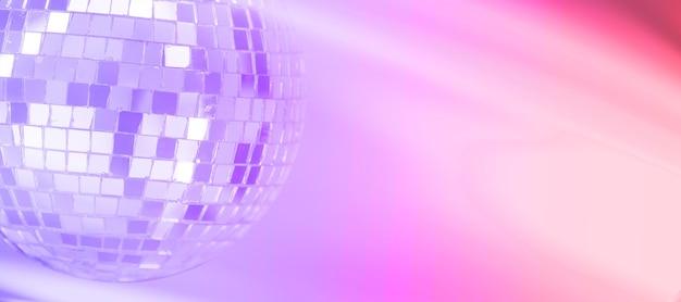 다채로운 그라데이션 배경으로 미러 볼입니다. 밤 디스코. 나이트 클럽 포스터입니다. 보라색, 분홍색. 고품질 사진