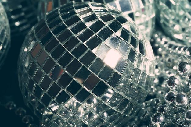 빛을 반영하는 거울 공, 밤문화