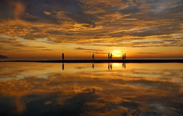Зеркальное озеро во вьетнаме Premium Фотографии