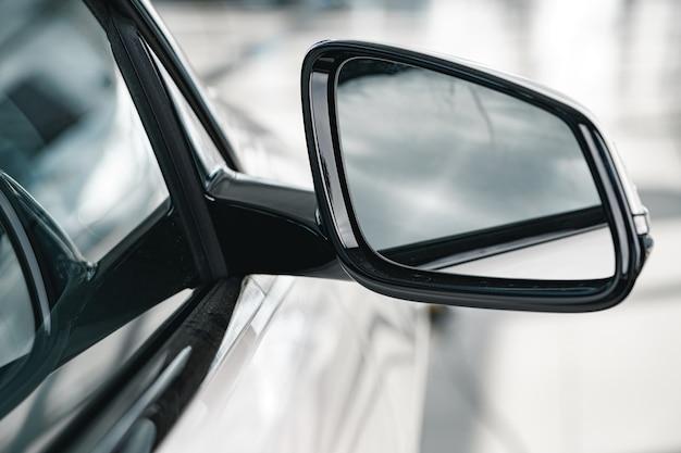 새로운 흰색 럭셔리 자동차의 거울을 닫습니다.