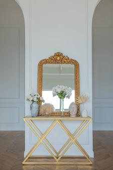 거울 테이블과 꽃병에 꽃