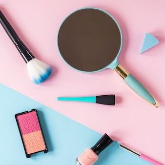 Specchio con ombretti e pennello in polvere sul tavolo