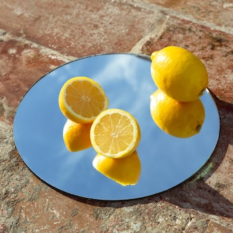 Зеркало со свежими лимонами