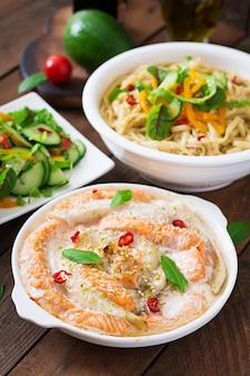 焼きたての赤と白の魚のスライス、蜂蜜とライムのジュース、新鮮なサラダと味mis汁の柔らかい麺
