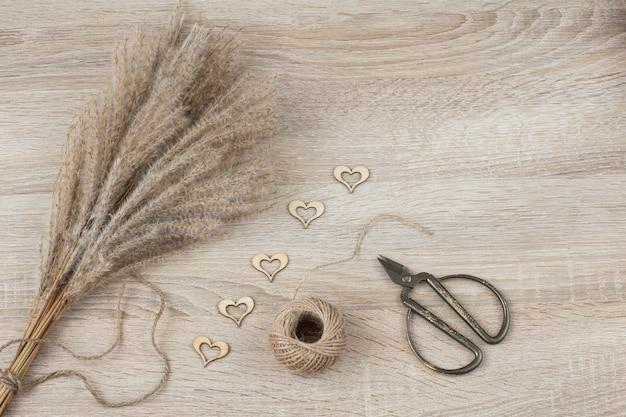 ススキ、ロープ、はさみ、ハートの装飾