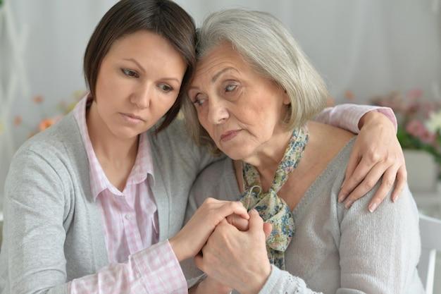 Несчастная старшая мать и взрослая дочь вместе