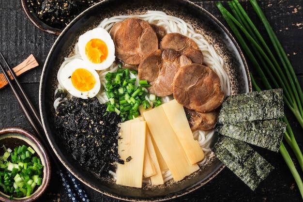 味噌ラーメン卵入りアジアンヌードル、日本料理。