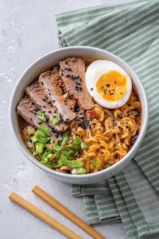 Мисо рамен азиатская лапша с мясом и яйцом