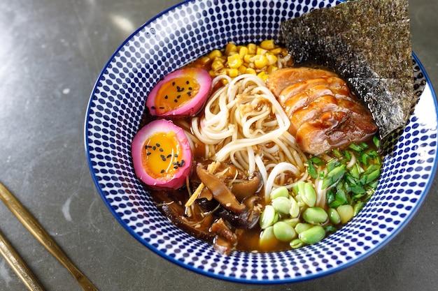 Мисо-суп с угрями, грибами, яйцами, овощами и лапшой удон
